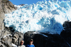 17.-Willy-and-Johnny-in-front-of-glacier