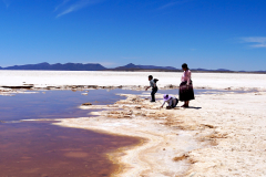 25.-Indigenous-family-at-the-Salt-Flat